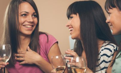 girls-drinking-wine